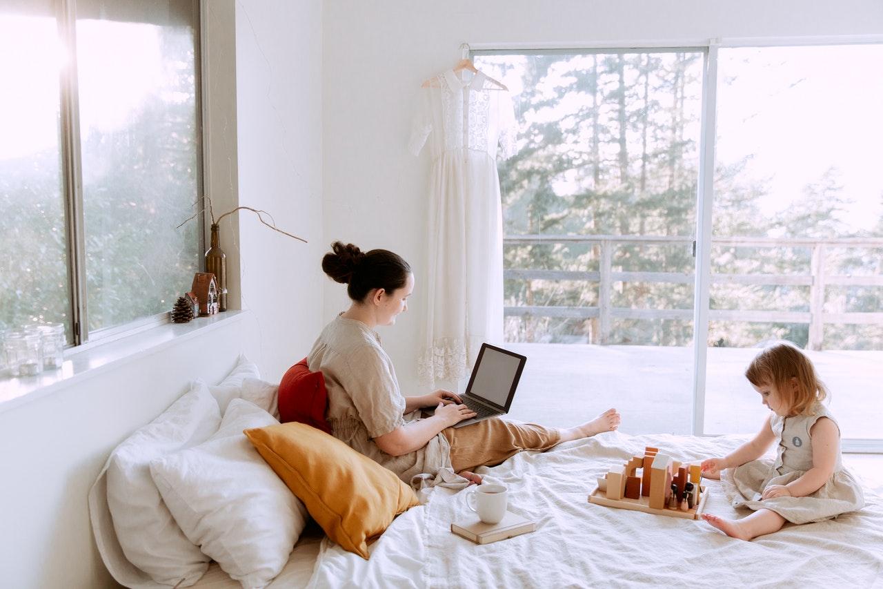 Dicas sobre como voltar ao trabalho após a licença-maternidade (Foto de Tatiana Syrikova no Pexels)