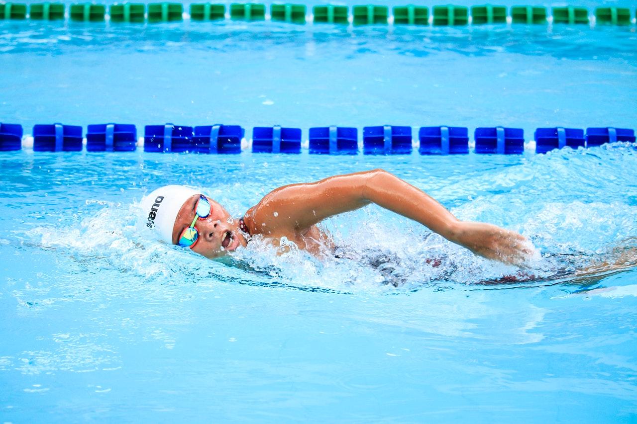 Como ganhar uma renda extra ensinando natação? (Foto de Jim De Ramos no Pexels)